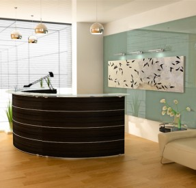 明るいオフィスのレセプションと魚群の化石