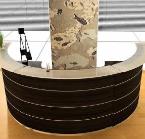 魚群化石ボードのあるホテルレセプション