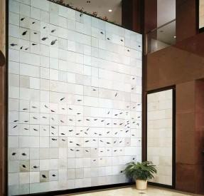 天井の高いエントランスと巨大な魚群タイル